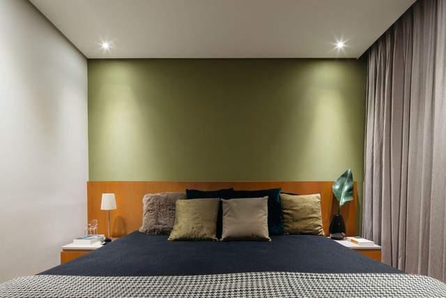 Оливкові стіни у вітальні додають затишку / Фото Archdaily