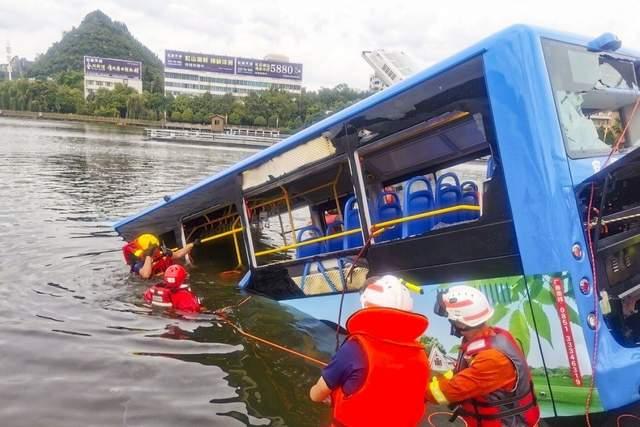 У Китаї автобус впав в озеро