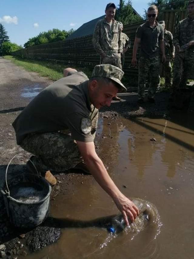 Військові вигрібають воду з калюж перед візитом Зеленського до Луцьку