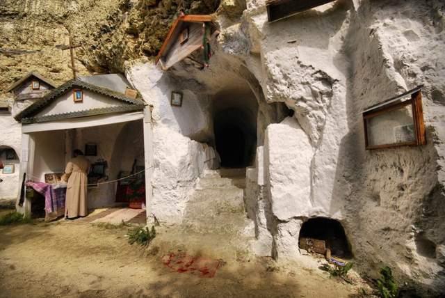 Скельний монастир у Бакоті