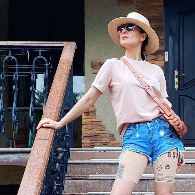 В джинсовых мини шортах и шляпе: Маша Ефросинина показала стильный летний образ – фото