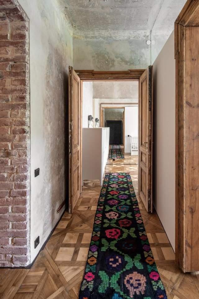 Оновлена квартира виглядає дуже колоритно / Archdaily