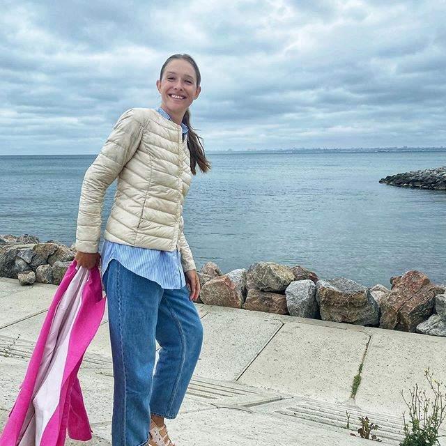 В жакете и джинсах: Катя Осадчая прогулялась по живописным уголкам Одессы – яркие фото