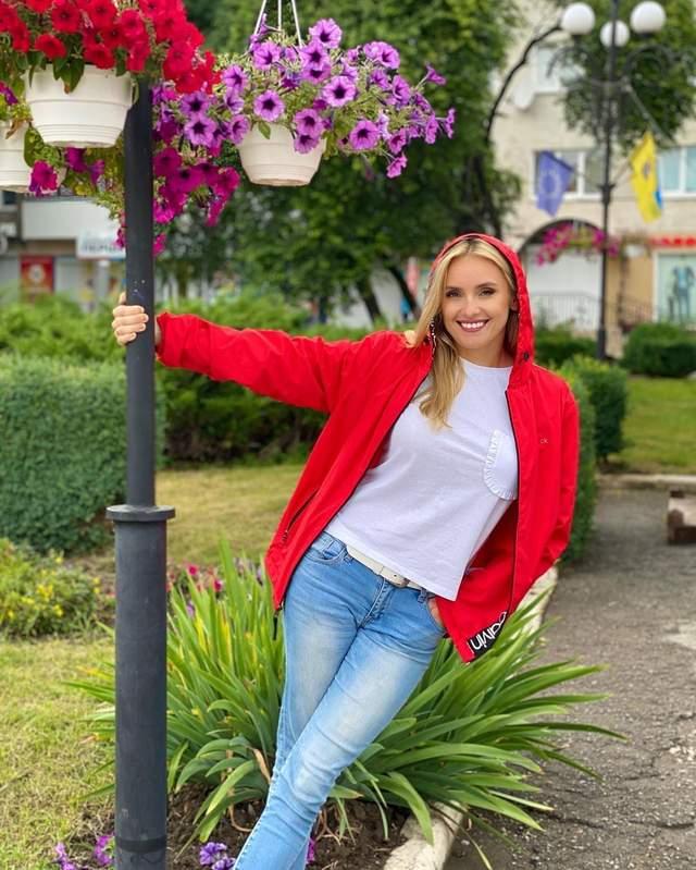В джинсах и спортивной кофте: Ирина Федишин показала яркий образ во время путешествия – фото