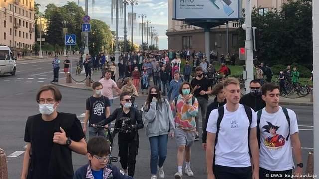 У Мінську люди йшли вулицями й плескали в долоні