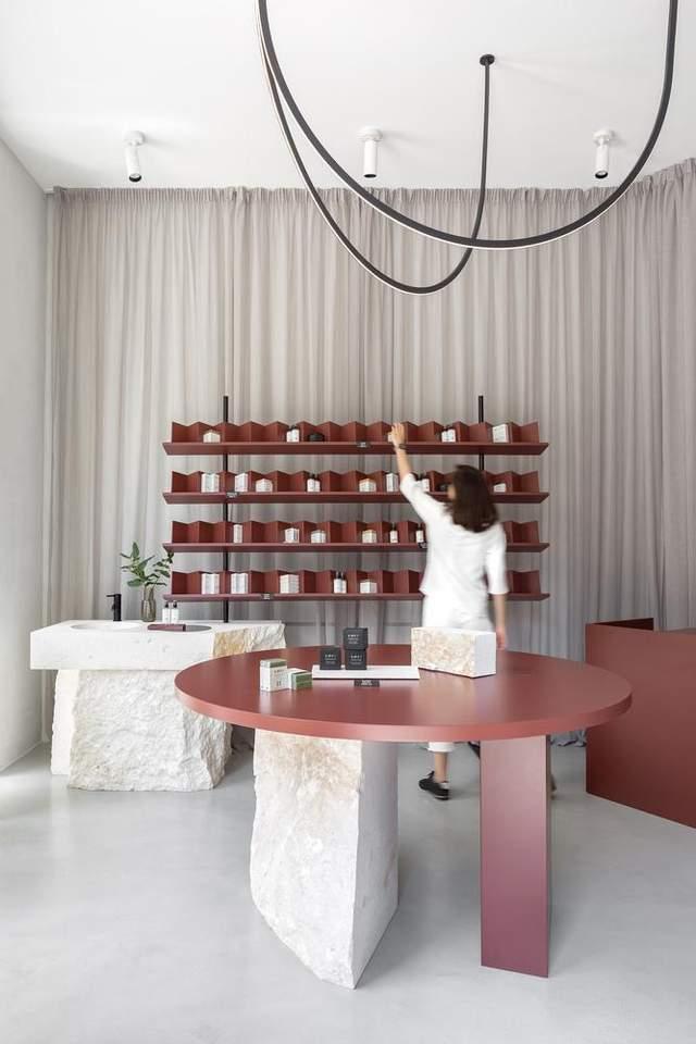 Дизайн магазину косметики витриманий в одній кольоровій гамі / Фото Archdaily