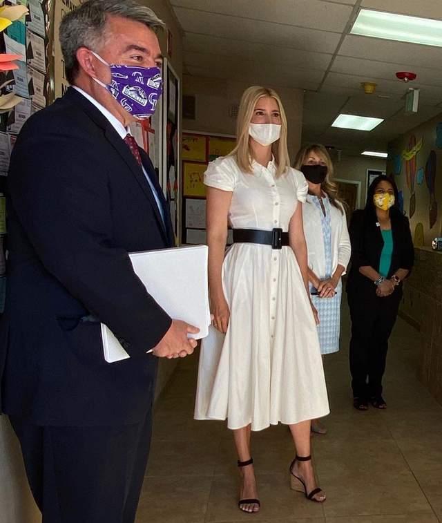 В белом платье с кожаным поясом: Иванка Трамп поразила безупречным образом – фото