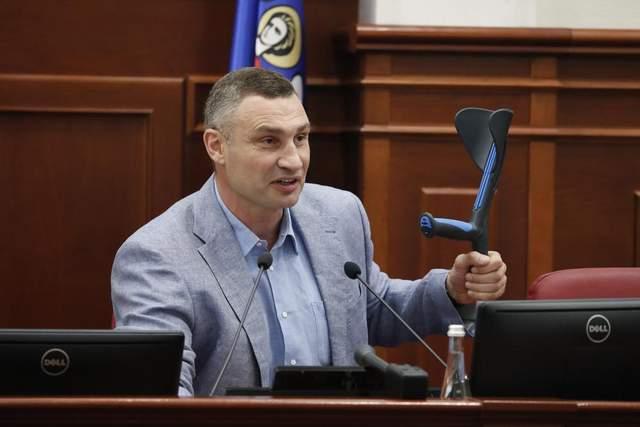 'Появилась новая опция - 'накостылять': Кличко пришел в Киевсовет на костылях – фото, видео
