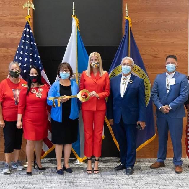 Іванка Трамп в червоному костюмі