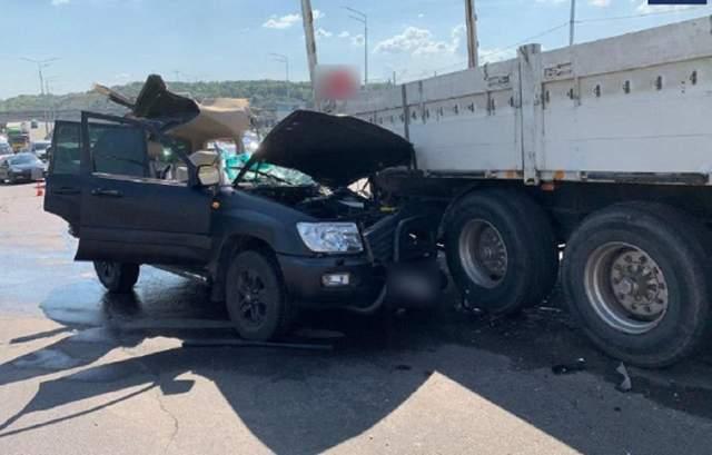 У Києві зіштовхнулися легковик та вантажівка: є жертва – фото