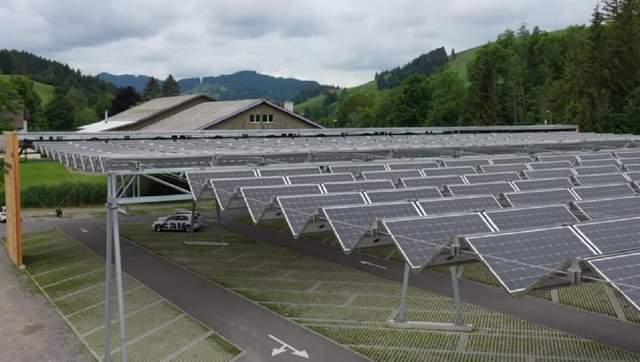 У Швейцарії автопарковку перетворили в розумну сонячну ферму