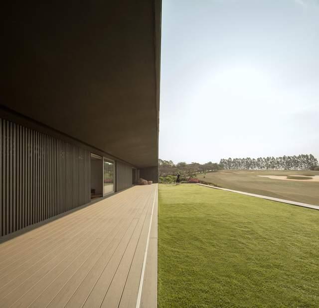 Зелений дах та басейн: розкішний будинок для відпочинку з полями для гольфу – фото