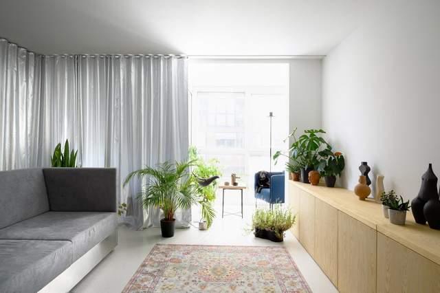 Багатофункціональні меблі та собака: фото стильної двокімнатної квартири зі Словенії