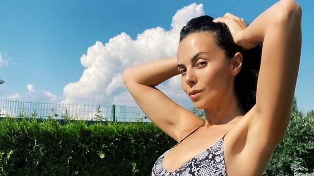 У смугастому купальнику: Настя Каменських похизувалася пікантними формами – сексуальні фото