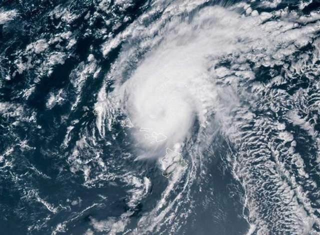 """Потужний ураган """"Дуглас"""" ослаб біля узбережжя Гаваїв: фото стихії"""
