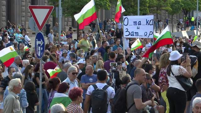 У Болгарії резиденцію прем'єра закидали фальшивими грошима: чим обурені люди