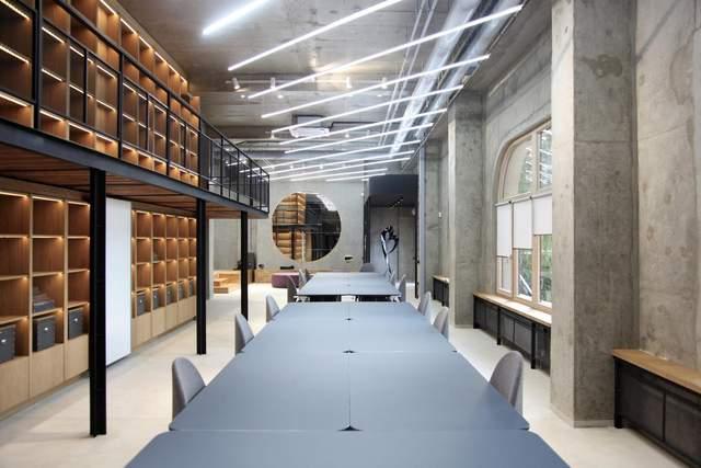 У просторому залі для конференцій багато місця / Фото Archdaily