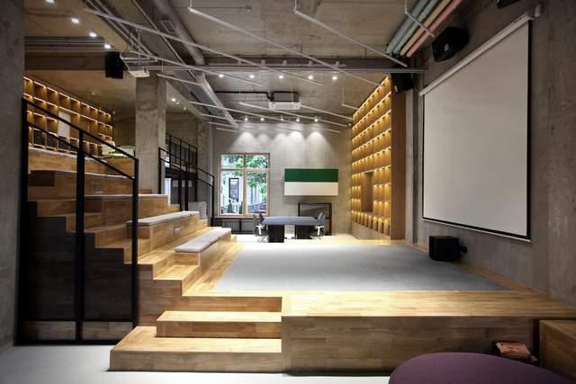 Сходи розділяють приміщення на кілька рівнів / Фото Archdaily
