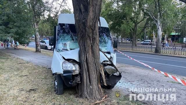 У Миколаєві маршрутка в'їхала в дерево