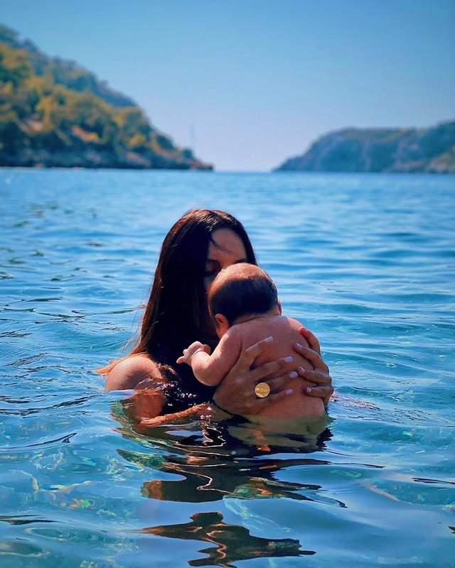 Джамала в купальнике позировала с новорожденным сыном в море: милое фото