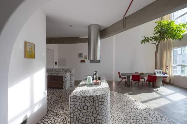 Кухня настомість світла та виконана у білих тонах / Фото Archdaily