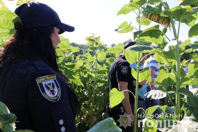 Правоохоронці оглядають місце вбивства