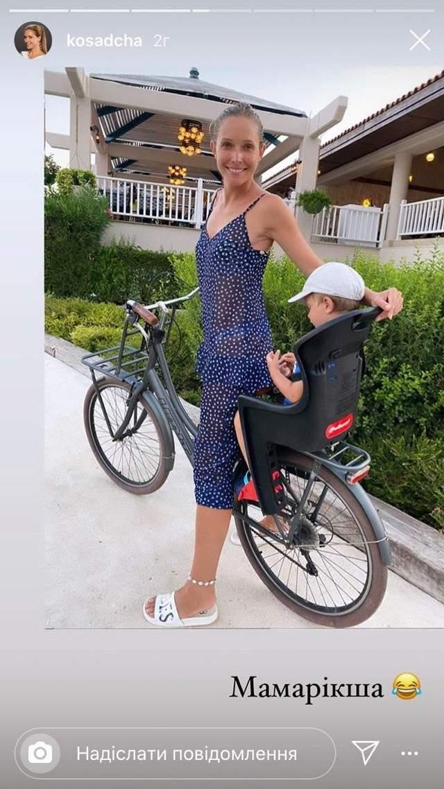 Катя Осадча катається на велосипеді з сином