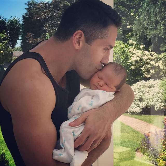 Актор Скотт Едкінс з новонародженим сином