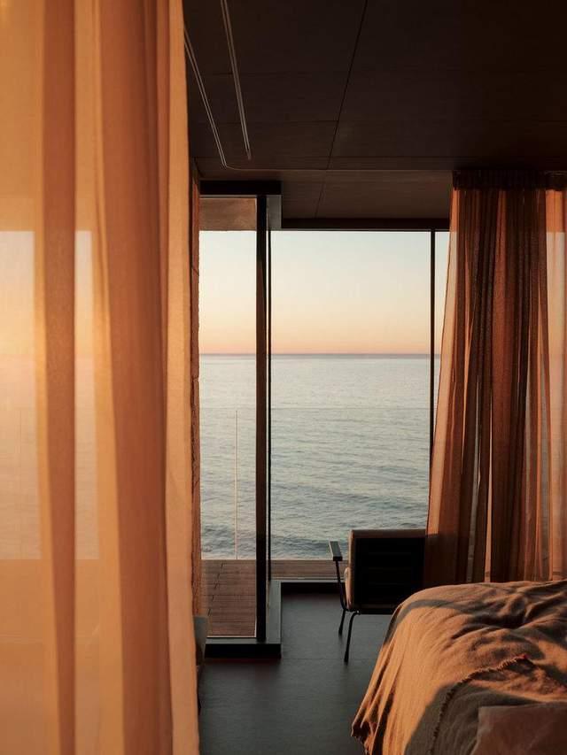 Вікна на всю висоту змінили квартиру до енвпізнаваності / Фото Archdaily