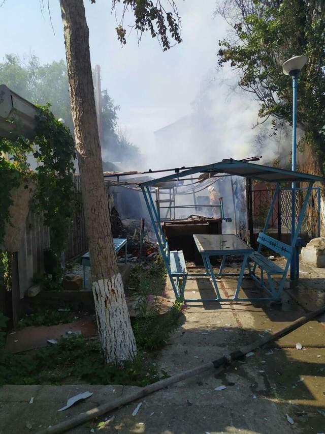 В курортной Затоке произошел пожар на базе отдыха: фото, видео