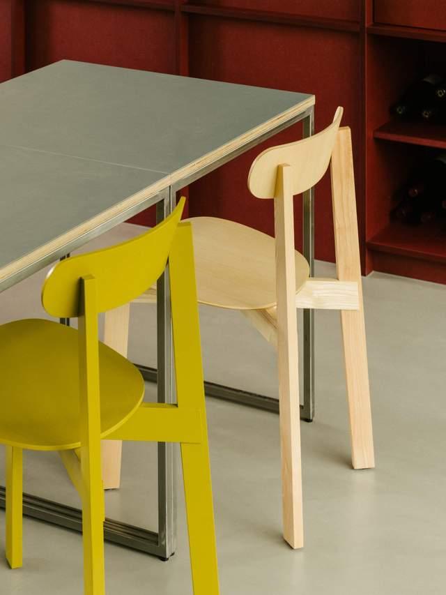 Жовті стільці вдало доповнюють інтер'єр / Фото Deezen
