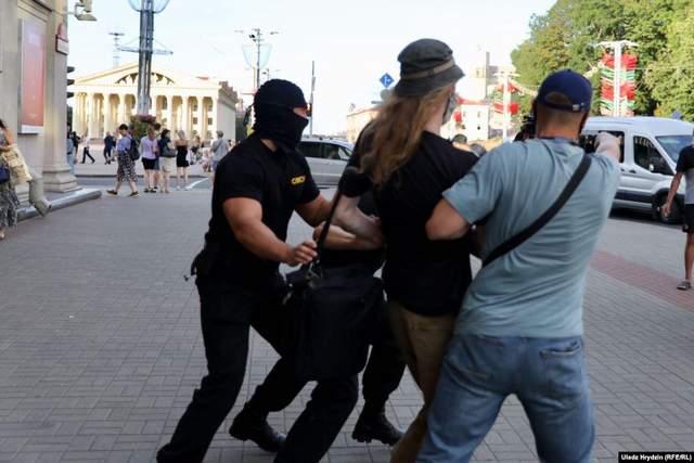 Протесты в Минске: ОМОН начал жестко задерживать людей посреди улицы – видео, фото