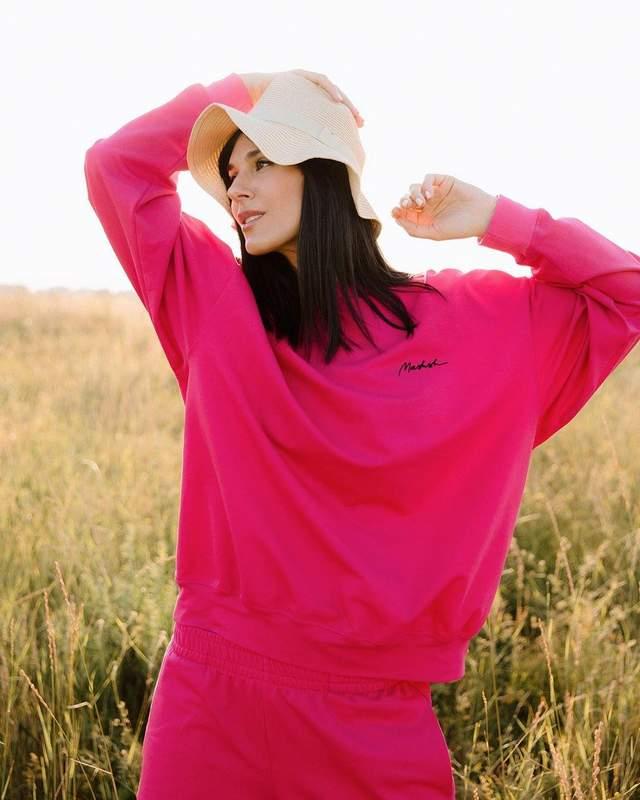 В розовом костюме среди поля: Маша Ефросинина очаровала повседневным образом – фото