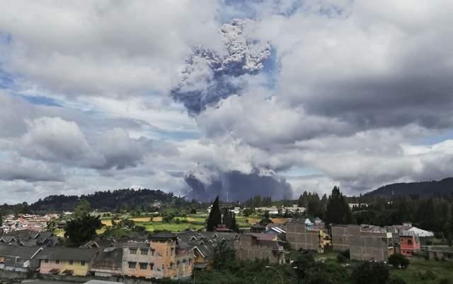 В Индонезии взорвался вулкан: впечатляющие фото и видео