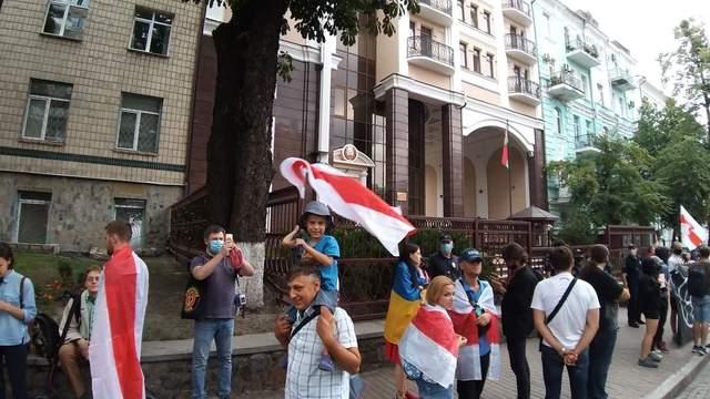 Под Посольством Беларуси в Киеве собираются люди: фото, видео