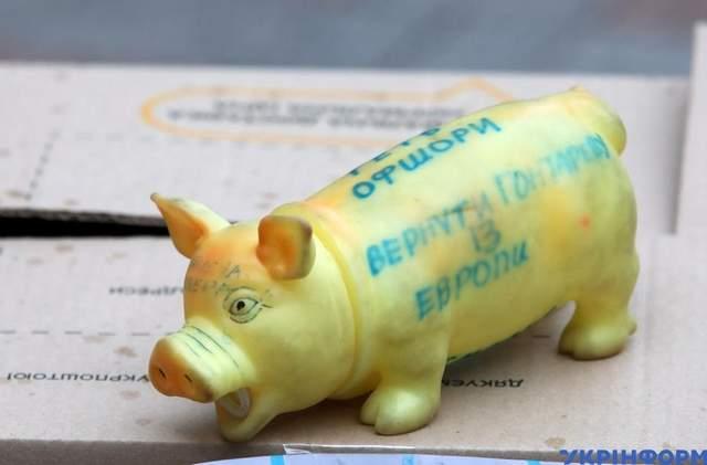 Учасники акції принесли іграшкову свинку