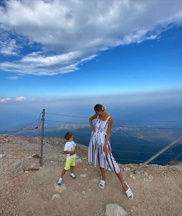 Катя Осадча у сарафані на вершині в Туреччині