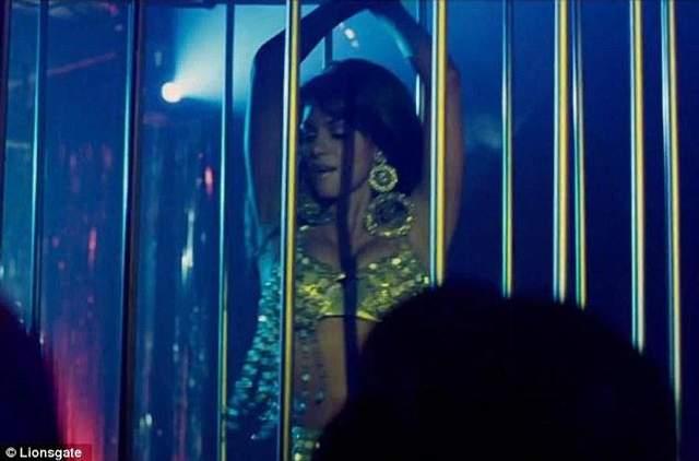 Геллі Беррі танцює стриптиз
