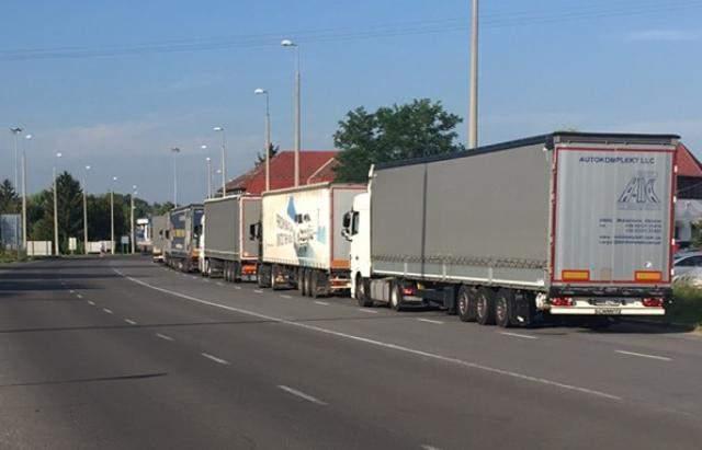 На границе с Венгрией образовались километровые очереди: фото