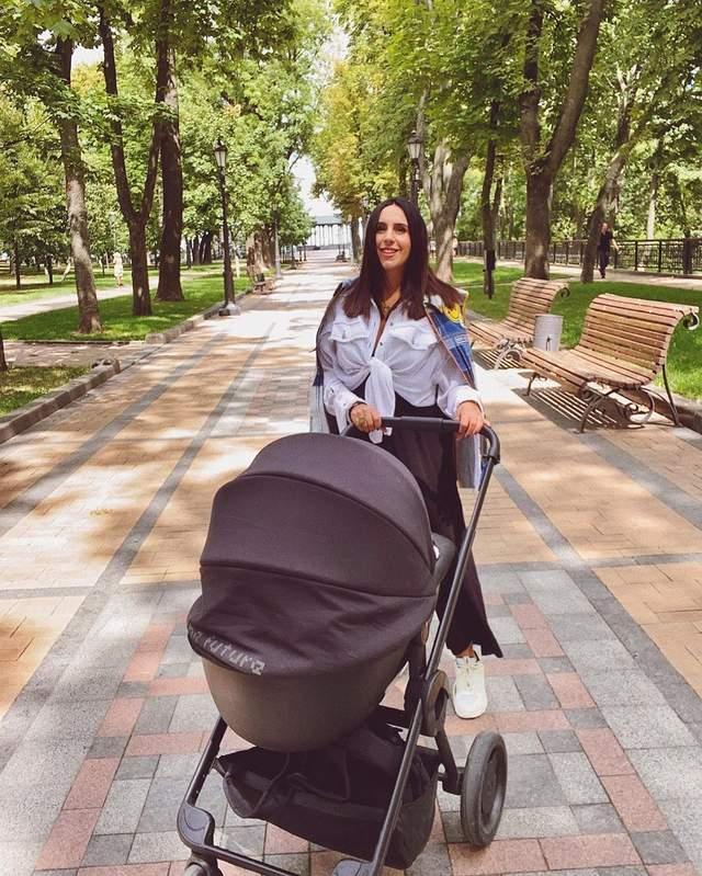 Джамала на прогулянці з сином