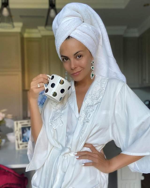 В белом халате и с полотенцем на голове: Настя Каменских показала безупречный утренний образ