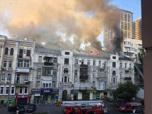 Масштабный пожар в Киеве на Большой Васильковской: спасены два человека – видео, фото