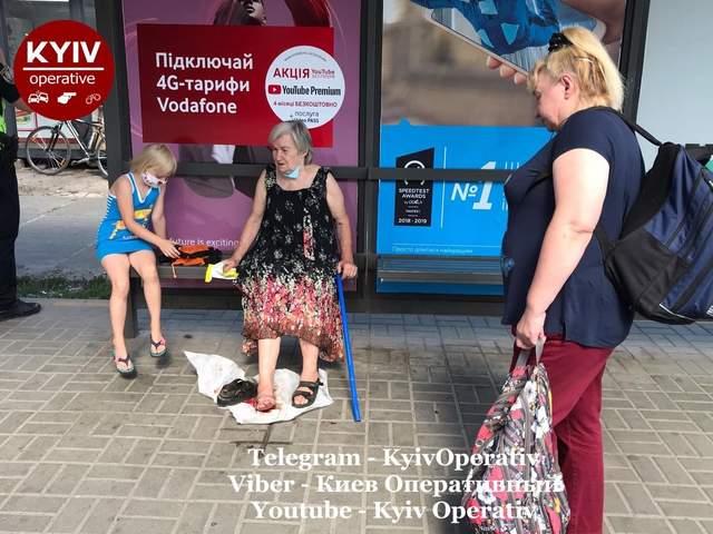 В Киеве водитель маршрутки прижал дверью женщину и протащил ее по асфальту: фото, видео