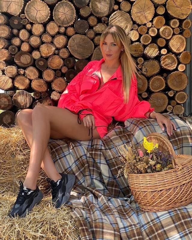 В розовом мини-платье: Леся Никитюк похвасталась длинными стройными ножками – фото