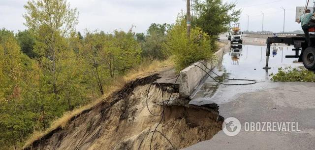 Мост через Днепр не пережил обильного дождя и обвалился в Каменском: фото