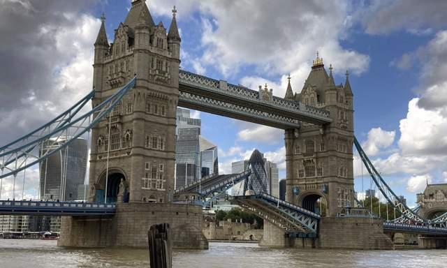 У Лондоні зламався знаменитий Тауерський міст: фото й відео