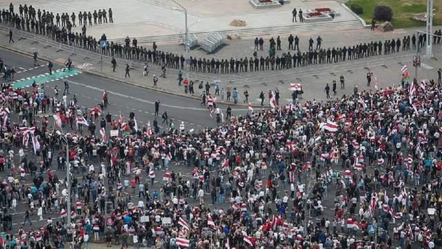 У центрі Мінська до протестувальників вийшла білоруська армія: відео