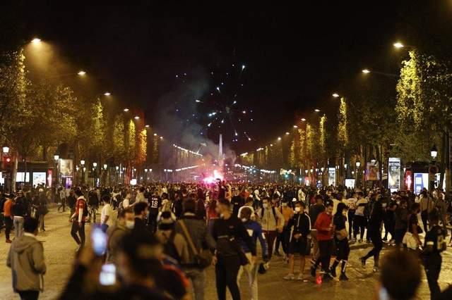 Палять авто та нищать вітрини: після поразки ПСЖ у Лізі чемпіонів у Парижі почалися заворушення