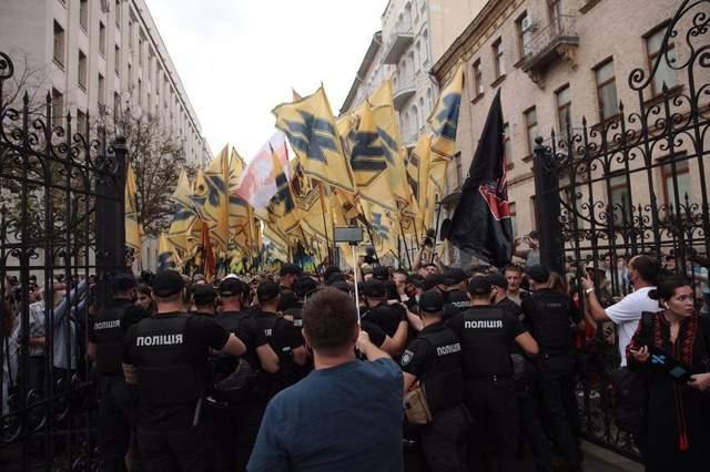 Ветераны полка 'Азов' под офисом Президента требовали одобрить закон о коллаборантах