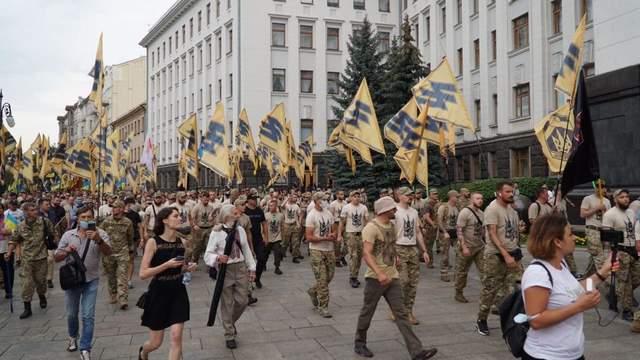 """Ветерани полку """"Азов"""" під Офісом Президента вимагали схвалити закон про колаборантів"""